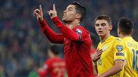 Portugalec Cristiano Ronaldo slaví poté, co v kvalifikačním utkání o postup na EURO 2020 v Kyjevě proměnil penaltu.