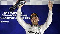 Nico Rosberg s trofejí za vítězství ve Velké ceně Singapuru.