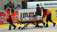 Zdravotníci odvážejí z ledu zraněného brněnského útočníka Vojtěcha Němce.