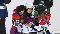 Šárku Pančochovou utěšují kolegyně po pádu ve druhém kole olympijského závodu ve slopestylu.