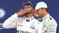 Lewis Hamilton z Mercedesu se raduje z vítězství v kvalifikaci na Velkou cenu Británie.
