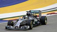 Brit Lewis Hamilton při kvalifikaci na Velkou cenu Singapuru.