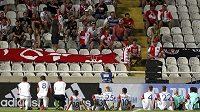 Fotbalisté Slavie děkují po utkání svým příznivcům.