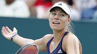 Němka Angelique Kerberová ve finále v Charlestonu s Američankou Madison Keysovou, kterou porazila 6:2, 4:6, 7:5.