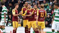 Fotbalisté Dukly Praha se radují z gólu do sítě Celticu Glasgow v přípravném duelu.