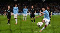 Sergio Agüero z Manchesteru City (vpředu) proměňuje penaltu proti Plzni.