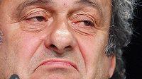 Kandidatura Michela Platiniho na šéfa FIFA je kvůli suspendaci v ohrožení.