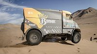 Tomáš Vrátný s tatrou v dunovém poli při 8. etapě Rallye Dakar.