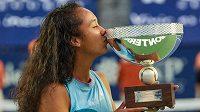 Kanadská tenistka Leylah Fernandezová s trofejí pro vítězku turnaje v Monterrey.
