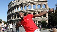 Usain Bolt pózuje fotografům před Koloseem, dominantou italské metropole