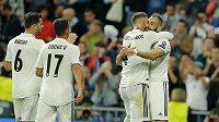 Karim Benzema (úplně vpravo) oslavuje svůj gól se spoluhráči.