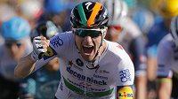 Irský cyklista Sam Bennett po hromadném spurtu poprvé vyhrál etapu na Tour de France.