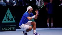 Francouzský tenista Lucas Pouille bezprostředně poté, co porazil Belgičana Darcise, čímž zajistil své zemi vítězství v Davis Cupu.