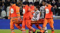 0bránce Juventusu Martin Cáceres je v zápase s Janovem odnášen na nosítkách mimo hrací plochu.