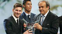 Lionel Messi (vlevo) přebírá cenu pro nejlepšího fotbalistu uplynulé sezóny působícího v Evropě z rukou šéfa UEFA Michela Platiniho. V pozadí Cristiano Ronaldo.