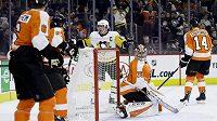 Kanadský kapitán Sidney Crosby slaví gól do sítě Cartera Harta v utkání, v němž si Pittsburgh Penguins poradil s Philadelphií Flyers 4:1.