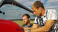 Biatlonista Michal Šlesingr (vlevo) dostává rady od akrobatického pilota Martina Šonky.