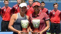 Barbora Strýcová (vlevo) a Sania Mirzaová s trofejemi pro vítězky turnaje v Cincinnati.