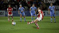 Fotbalistka Arsenalu střílí gól do sítě Slavie v utkání kvalifikace Ligy mistryň.