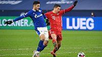 Ozan Kabak ze Schalke a Robert Lewandowski z Bayernu.