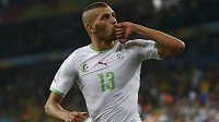 Alžírský útočník Islam Slimani se raduje z gólu proti Rusku.