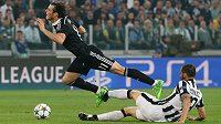 Gareth Bale z Realu padá po zákroku Leonarda Bonucciho z Juventusu v prvním semifinálovém utkání Ligy mistrů.