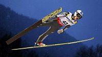 Český skokan na lyžích Jan Matura v závodě mistrovství světa ve Val di Fiemme na středním můstku.