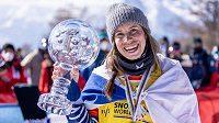 Eva Samková si ve švýcarském Veysonnaz pojistila křišťálový glóbus pro vítězku Světového poháru ve snowboardkrosu.