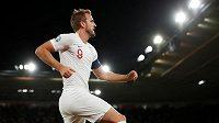 Angličan Harry Kane se raduje z gólu proti Kosovu.