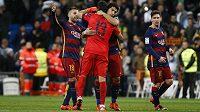 Fotbalisté Barcelony se radují z vítězství v El Clásiku. Zleva Jordi Alba, Claudio Bravo, Luis Suárez a Lionel Messi.