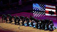 Gesto basketbalistů Bostonu Celtics během americké hymny před duelem NBA s Miami.