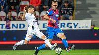 Olomoucký záložník Václav Pilař se snaží zabránit přihrávce plzeňského útočníka Tomáše Chorého.