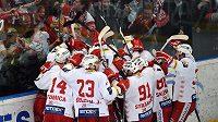 Hokejisté Slavie Praha oslavují postup do předkola play off.
