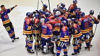 Hokejisté Budějovic se radují z výhry a postupu do baráže o extraligu.