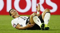 Zraněný německý útočník Mario Gómez během čtvrtfinálového duelu ME s Itálií.