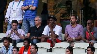 Americký basketbalista Kobe Bryant (třetí zprava) sleduje ve Fortaleze zápas mezi Brazílií a Mexikem.
