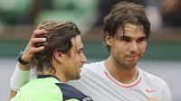 David Ferrer gratuluje Rafaelu Nadalovi k titulu na Roland Garros. V žebříčku ho ale přeskočil.