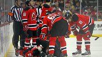 Hokejisté New Jerse se sklánějí nad zraněným Patrikem Eliášem.