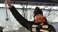 Lyžař Lukáš Bauer se na náměstí v Božím Daru na Karlovarsku pochlubil stříbrnou medaili v závodě na 50 kilometrů z MS ve Falunu.