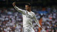 Cristiano Ronaldo z Realu Madrid nesouhlasí s verdiktem rozhodčích ve čtvrtfinálové odvětě Ligy mistrů proti Atlétiku Madrid.