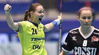 Zleva Barbora Husková z Vítkovic se raduje z gólu a Jaana Lirkkiová z SB-Pro Nurmijärvi.
