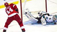 Střelu útočníka Detroitu Red Wings Todda Bertuzziho vyráží betonem brankář San Jose Antti Niemi.