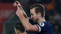 Musím střídat, signalizuje lavičce Tottenhamu kanonýr týmu Harry Kane.