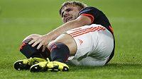 Fotbalista Manchesteru United Luke Shaw se drží za zlomenou nohu v utkání proti PSV.