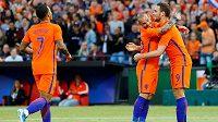 Wesley Sneijder (druhý zprava) jako první gratuloval spoluhráči Vincentu Janssenovi ke gólu v přátelském utkání proti Pobřeží Slonoviny. Gratulovat přibíhá i Memphis Depay (vlevo).