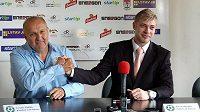 Jaroslav Starka (vlevo) po podpisu smlouvy s novým generálním ředitelem a spolumajitelem 1. FK Příbram Petrem Větrovským.