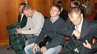 Případ údajné fotbalové korupce před soudem. Zleva bývalý prezident střížkovských Bohemians Karel Kapr, tehdejší hráči Bohemians David Zoubek a Miroslav Obermajer a brankář Olomouce Petr Drobisz.