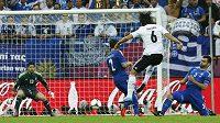 Sami Khedira v gólové šanci před brankou Řecka
