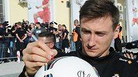 Gólman Przemyslaw Tytoń se podepisuje fanouškům.