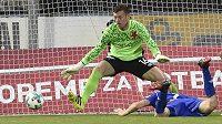 Dole Václav Jemelka z Olomouce dává gól brankáři Slavie Janu Laštůvkovi.